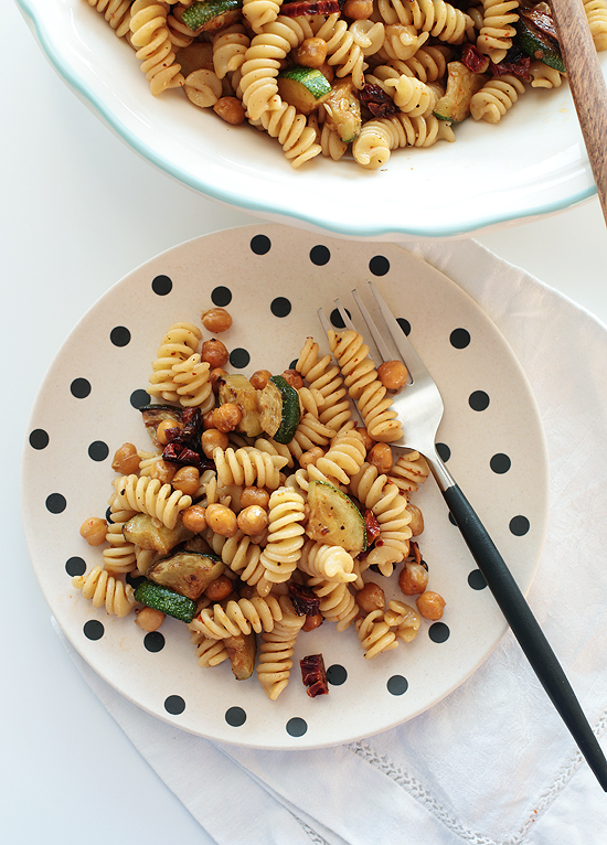 Nudelsalat mit gerösteten Kichererbsen, Zucchini und getrockneten Tomaten
