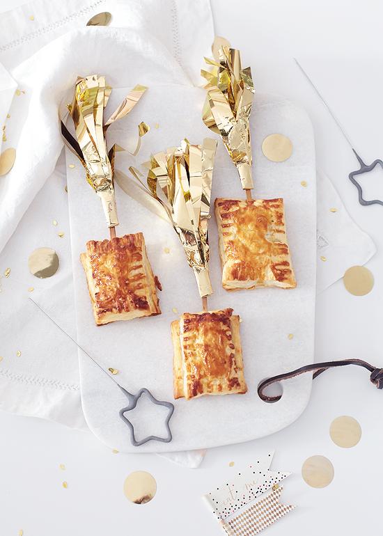 Blätterteigtaschen am Spieß gefüllt mit Camembert und Preiselbeeren