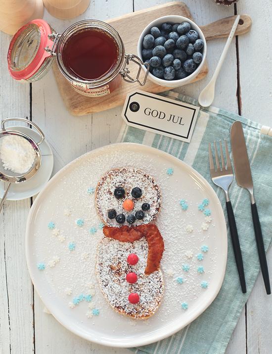 Weihnachtliche Pancakes mit Zimt als Schneemann