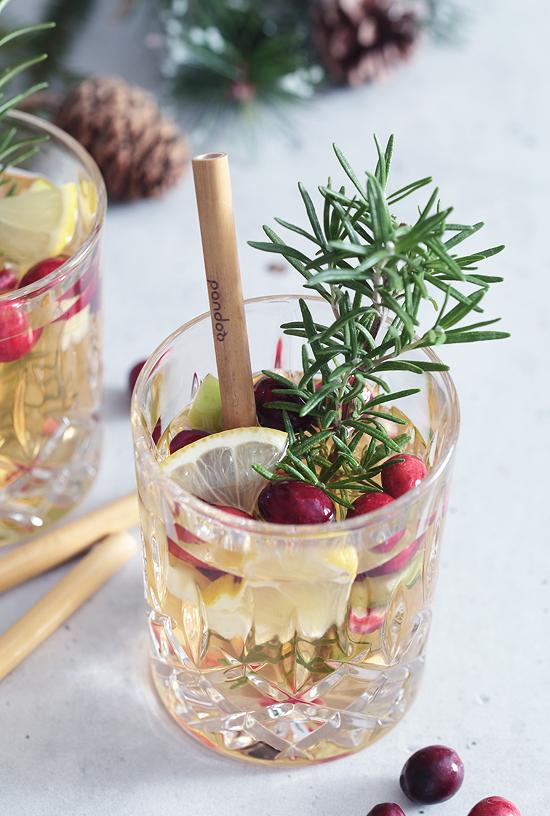 Weihnachts-Cocktail Weihnachten Preiselbeeren Cranberries Rosmarin Granatapfel Chardonnay Bowle Drink
