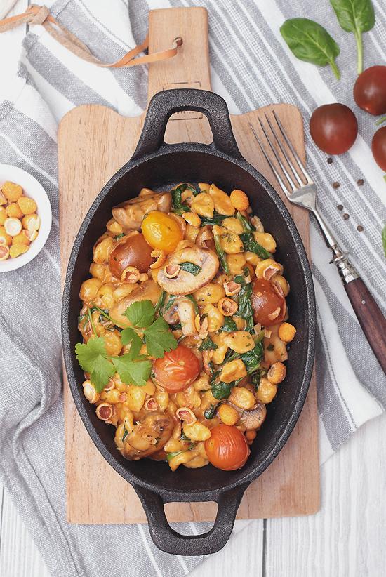 Vegetarische Spätzle-Pfanne mit Champignons, Tomaten und Spinat