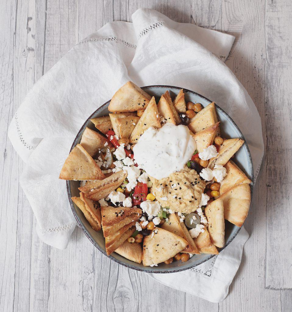 Pita Bowl mit Humus und Joghurt. Der perfekte Snack für den TV-Abend