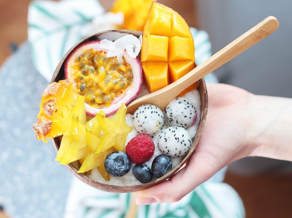 Tropical Bowl mit Kokos-Milchreis und exotischen Früchten
