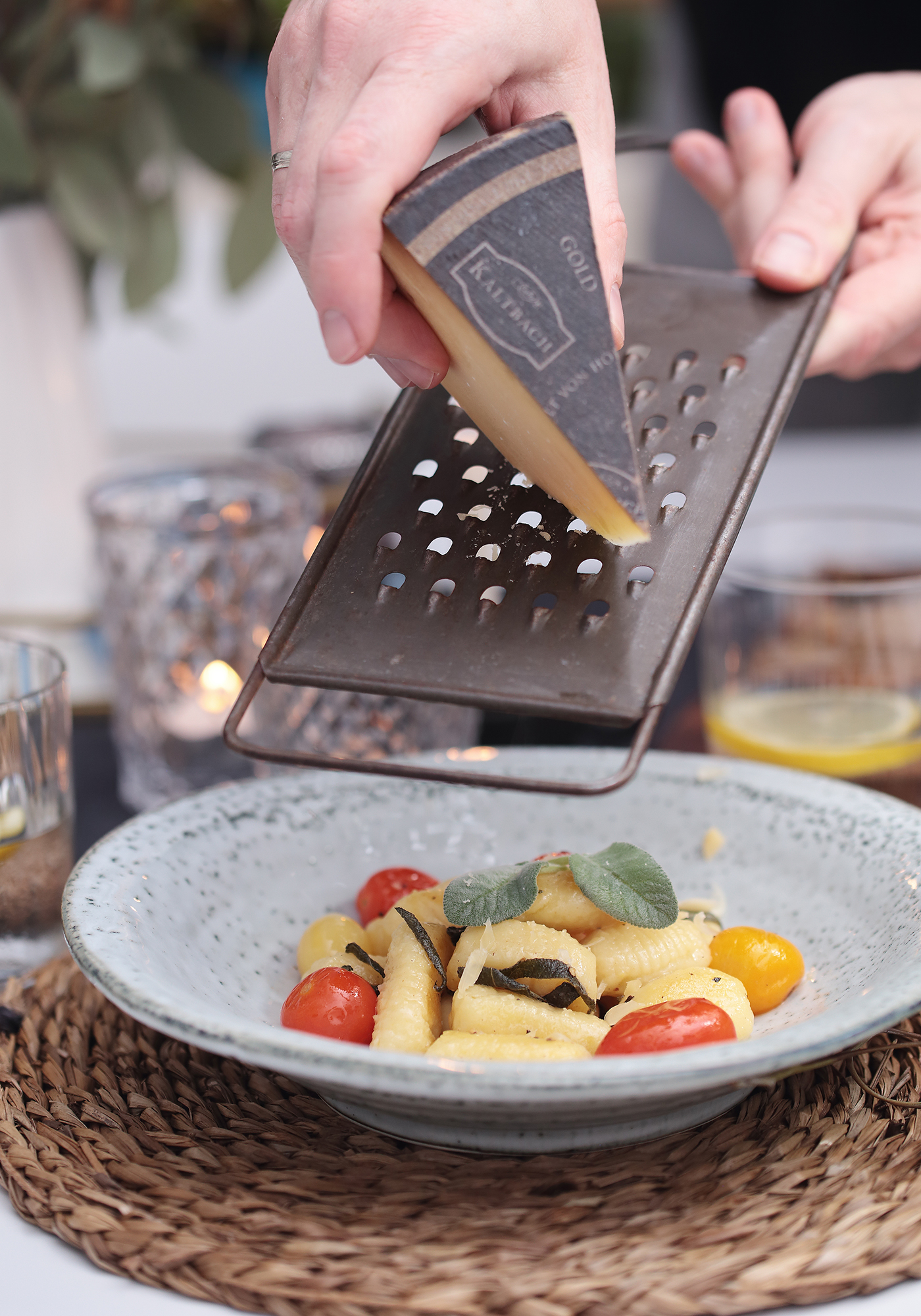 Gefüllte Gnocchi selbst gemacht mit geschmelzten Tomaten und Salbeibutter